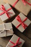 Ομάδα κιβωτίων δώρων που δένονται με τη σειρά και την κορδέλλα άνωθεν Στοκ φωτογραφίες με δικαίωμα ελεύθερης χρήσης