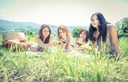 Ομάδα κοριτσιών που κάνουν το πικ-νίκ στοκ φωτογραφία με δικαίωμα ελεύθερης χρήσης