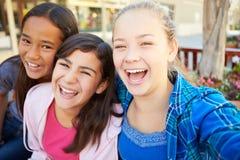 Ομάδα κοριτσιών που κρεμούν έξω στη λεωφόρο από κοινού στοκ εικόνες