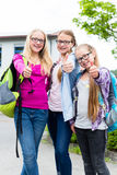 Ομάδα κοριτσιών που στέκονται μπροστά από το σχολείο Στοκ Εικόνες