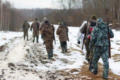 Ομάδα κυνηγών που περπατούν στον τομέα Στοκ εικόνα με δικαίωμα ελεύθερης χρήσης