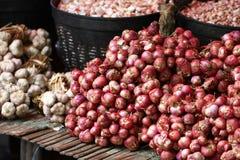 Ομάδα κόκκινου μικρού κόκκινου κρεμμυδιού στο ξύλινο ράφι μπαμπού, οργανικό συστατικό τροφίμων φρεσκάδας, φρέσκια αγορά, κρεμμύδι Στοκ εικόνα με δικαίωμα ελεύθερης χρήσης