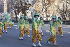 Ομάδα κλόουν που περπατούν και που κυματίζουν Στοκ Εικόνες