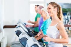 Ομάδα με τους ανώτερους ανθρώπους treadmill στη γυμναστική στοκ εικόνες
