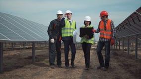 Ομάδα μηχανικών ή τεχνικών σε ένα ηλιακό αγρόκτημα απόθεμα βίντεο