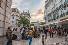 Ομάδα μη αναγνωρισμένων τραγουδιών παιχνιδιού μουσικών οδών στη Λισσαβώνα στοκ φωτογραφία