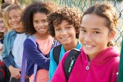 Ομάδα μικρών παιδιών που κρεμούν έξω στην παιδική χαρά Στοκ Εικόνες