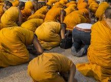 Ομάδα μοναχών που περπατά τη βουδιστική έννοια του Βούδα Στοκ Εικόνες