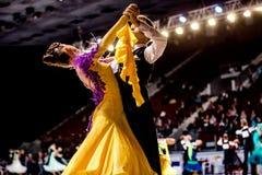 Ομάδα νέου χορού αιθουσών χορού αθλητών ζευγών χορού Στοκ Εικόνες