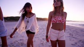 Ομάδα νέων γυναικών που περπατούν κατά μήκος της παραλίας φιλμ μικρού μήκους