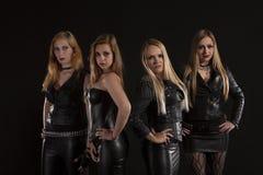Ομάδα νέων γυναικών που φορούν τις εξαρτήσεις δέρματος στοκ εικόνα με δικαίωμα ελεύθερης χρήσης