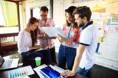 Ομάδα νέων επιχειρηματιών και σχεδιαστών Αυτοί που λειτουργούν στο νέο πρόγραμμα Έννοια ξεκινήματος Στοκ Φωτογραφία