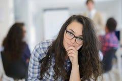 Ομάδα νέων επιχειρηματιών που έχουν τη διασκέδαση, που χαλαρώνουν και που εργάζονται στο δημιουργικό διάστημα δωματίων Στοκ Εικόνες
