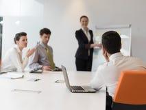 Ομάδα νέων επιχειρηματιών στη συνεδρίαση στο σύγχρονο ξεκίνημα μακριά Στοκ Φωτογραφίες