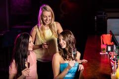 Ομάδα νέων κοριτσιών που έχουν τον εορτασμό κομμάτων Στοκ φωτογραφία με δικαίωμα ελεύθερης χρήσης