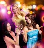 Ομάδα νέων κοριτσιών που έχουν τον εορτασμό κομμάτων στοκ εικόνες
