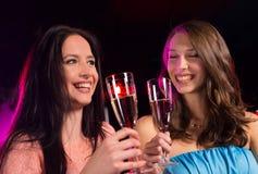 Ομάδα νέων κοριτσιών που έχουν τον εορτασμό κομμάτων στοκ φωτογραφία