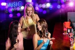 Ομάδα νέων κοριτσιών που έχουν τον εορτασμό κομμάτων στοκ εικόνες με δικαίωμα ελεύθερης χρήσης
