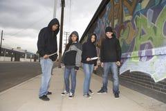 Ομάδα νέων με τα μαχαίρια Στοκ φωτογραφία με δικαίωμα ελεύθερης χρήσης