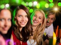 Ομάδα νέων που έχουν τη διασκέδαση στη λέσχη στοκ φωτογραφία με δικαίωμα ελεύθερης χρήσης