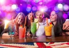 Ομάδα νέων που έχουν τον εορτασμό κομμάτων Στοκ Φωτογραφίες