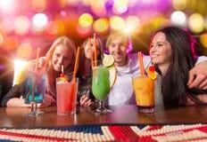 Ομάδα νέων που έχουν τον εορτασμό κομμάτων Στοκ φωτογραφίες με δικαίωμα ελεύθερης χρήσης