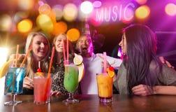 Ομάδα νέων που έχουν τον εορτασμό κομμάτων Στοκ εικόνες με δικαίωμα ελεύθερης χρήσης