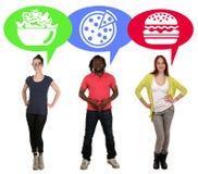Ομάδα νέων που επιλέγουν την πίτσα, τη σαλάτα ή το χάμπουργκερ τροφίμων Στοκ εικόνες με δικαίωμα ελεύθερης χρήσης