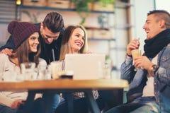 Ομάδα νέων που κάθονται σε μια καφετερία στοκ φωτογραφία με δικαίωμα ελεύθερης χρήσης