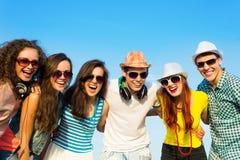 Ομάδα νέων που φορούν τα γυαλιά ηλίου και το καπέλο Στοκ Φωτογραφία