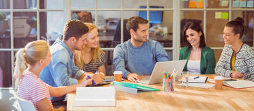 Ομάδα νέων συναδέλφων που χρησιμοποιούν το lap-top στοκ εικόνα