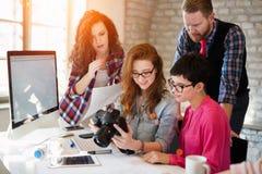Ομάδα νέων σχεδιαστών προοπτικής που εργάζονται με τη κάμερα Στοκ Εικόνες