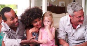 Ομάδα οικογενειών στο σπίτι σε Patio που μιλά από κοινού απόθεμα βίντεο