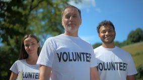 Ομάδα οι διεθνείς εθελοντές που στο πάρκο φιλμ μικρού μήκους