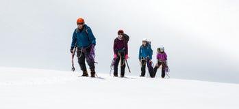 Ομάδα ορειβατών που πλησιάζουν στη Σύνοδο Κορυφής Στοκ Φωτογραφία
