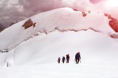Ομάδα ορειβατών που πλησιάζουν στη Σύνοδο Κορυφής Στοκ εικόνα με δικαίωμα ελεύθερης χρήσης