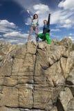 Ομάδα ορειβατών στον απότομο βράχο Στοκ Φωτογραφία