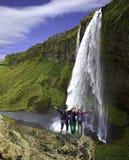 Ομάδα ορειβατών στο υπόβαθρο καταρρακτών Στοκ εικόνες με δικαίωμα ελεύθερης χρήσης