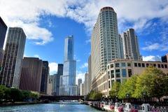 Ομάδα ουρανοξυστών πόλεων κατά μήκος του ποταμού του Σικάγου στοκ εικόνα με δικαίωμα ελεύθερης χρήσης