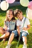 Ομάδα παιδιών που έχουν τη διασκέδαση στο πάρκο Στοκ φωτογραφία με δικαίωμα ελεύθερης χρήσης