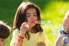 Ομάδα παιδιών που έχουν τη διασκέδαση στο πάρκο Στοκ Φωτογραφίες
