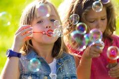 Ομάδα παιδιών που έχουν τη διασκέδαση στο πάρκο Στοκ Εικόνες