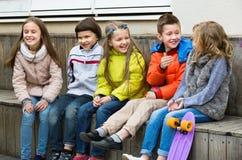 Ομάδα παιδιών που κάθονται στον πάγκο Στοκ φωτογραφία με δικαίωμα ελεύθερης χρήσης