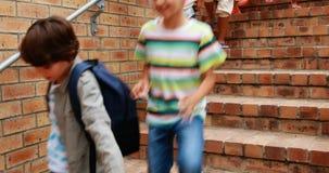 Ομάδα παιδιών που κατεβαίνουν από τη σκάλα απόθεμα βίντεο