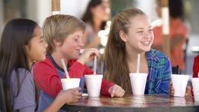 Ομάδα παιδιών που κρεμούν έξω μαζί σε Cafï ¿ ½ απόθεμα βίντεο