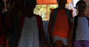 Ομάδα παιδιών που περπατούν κάτω από τα σκαλοπάτια απόθεμα βίντεο