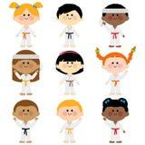 Ομάδα παιδιών που φορούν τις στολές πολεμικών τεχνών διανυσματική απεικόνιση