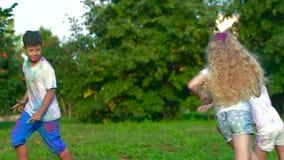 Ομάδα παιδιών σε έναν θερινό τομέα που έχει τη διασκέδαση μαζί και που χαράζει ο ένας τον άλλον απόθεμα βίντεο