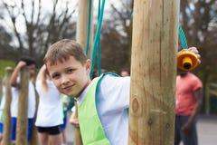Ομάδα παιδιών στην κατηγορία σχολικής φυσικής αγωγής Στοκ φωτογραφίες με δικαίωμα ελεύθερης χρήσης