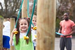 Ομάδα παιδιών στην κατηγορία σχολικής φυσικής αγωγής Στοκ εικόνες με δικαίωμα ελεύθερης χρήσης